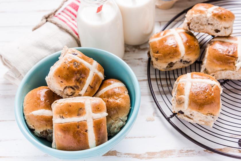 Így készül a hot cross bun, az angolok fűszeres, édes nagypénteki zsemléje