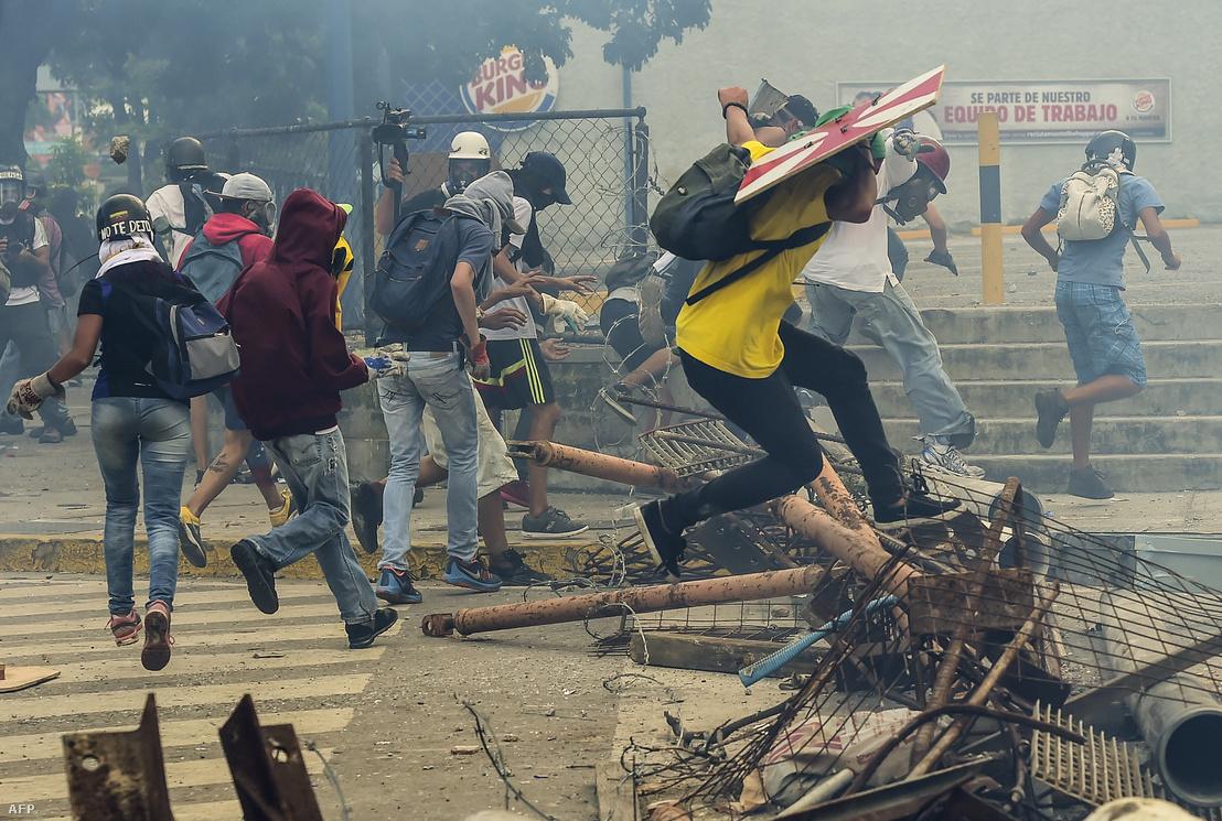 Tüntetők Caracasban 2017 júliusában