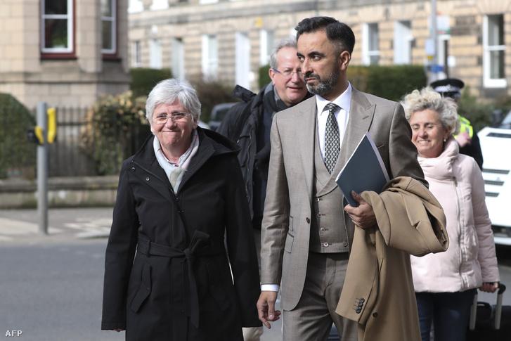 Clara Ponsati ügyvédjével érkezik a bíróságra
