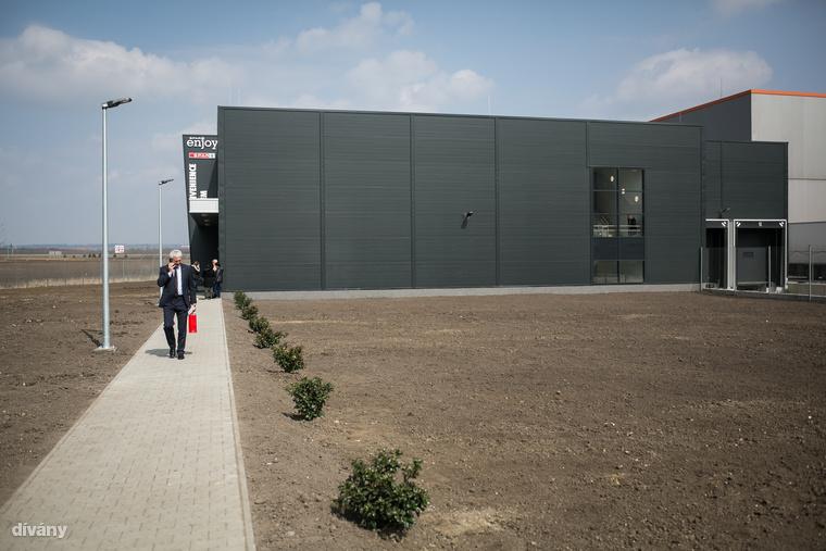 Több mint 1,2 milliárd forintból építették fel az új üzemet Üllőn.