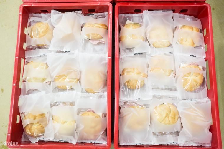 A pár perc alatt elkészített szendvicsek ládákba kerülnek, ahonnan az elosztóba, majd a boltok polcaira.