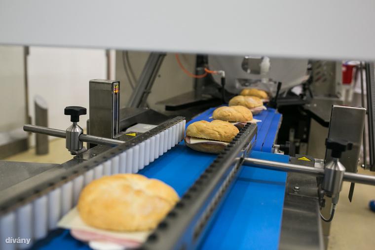 Hihetetlen, de körülbelül 20 ezer szendvics jön le a gépsorról naponta.