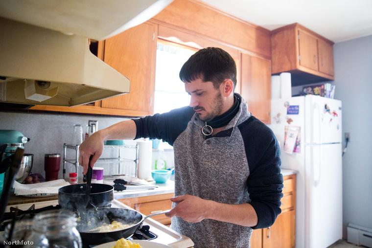 Egy Bolyhos főz, mos, takarít, bevásárol a saját pénzén (nemcsak élelmiszert, ruhákat és kiegészítőket is), tehát gyakorlatilag kiszolgálja őket minden tekintetben