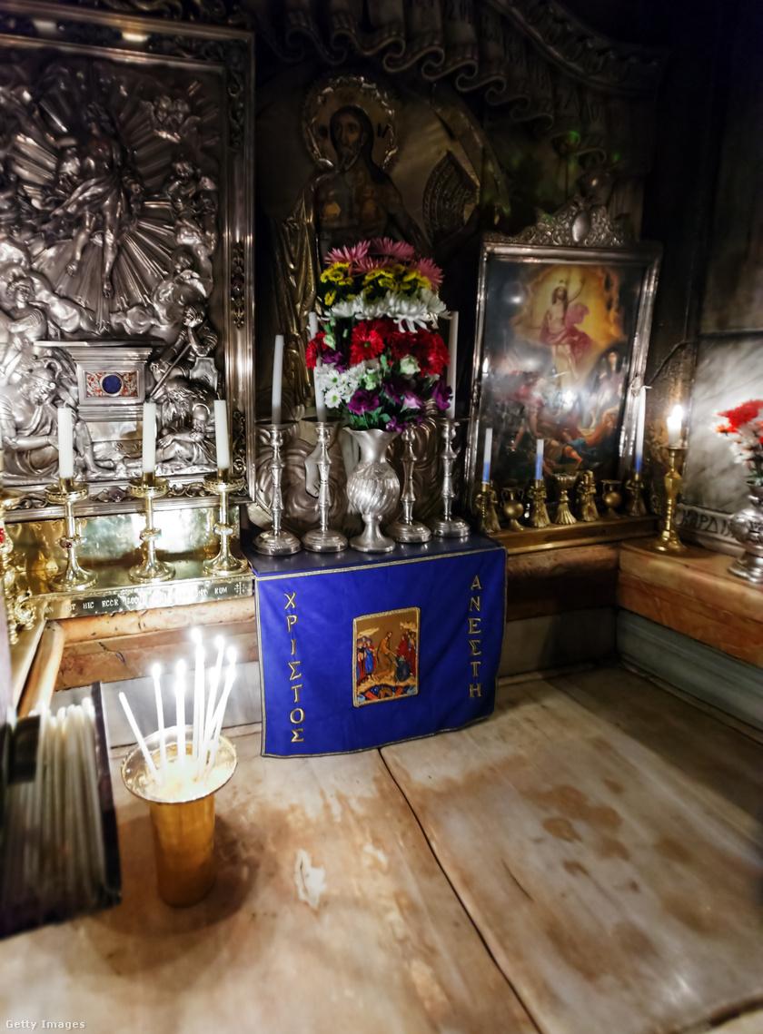 A márványfedte oltárrá alakított kőpadka, ahová Jézust fektethették.