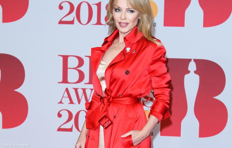De jöjjön a vörös, ez a Brit Awards díjkiosztó volt. Azt a cipőt nézzék!