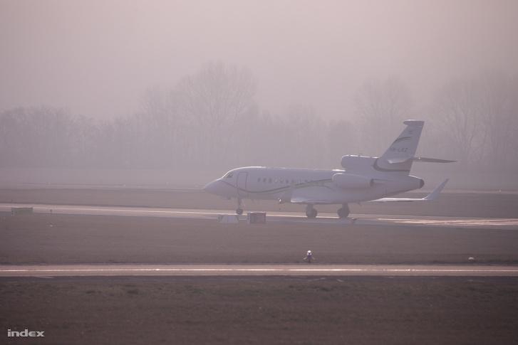 Az OTP magángépe, feltehetőleg Csányi Sándorral a fedélzetén, szintén el tudott startolni, mielőtt a köd elöntötte volna a repteret.