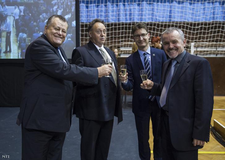 Széles Gábor a Videoton Holding Zrt. elnök-vezérigazgatója (b) Lakatos Péter (b2) és Sinkó Ottó (j) vezérigazgatók valamint Cser-Palkovics András polgármester koccintanak a vállalatcsoport évzáró rendezvényén Székesfehérváron 2016. december 9-én.
