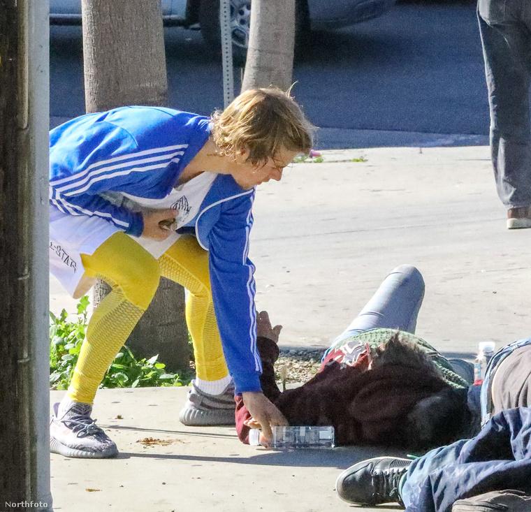 Hanem azért, hogy megitasson velük néhány, az utcán pihenő hajléktalan embert