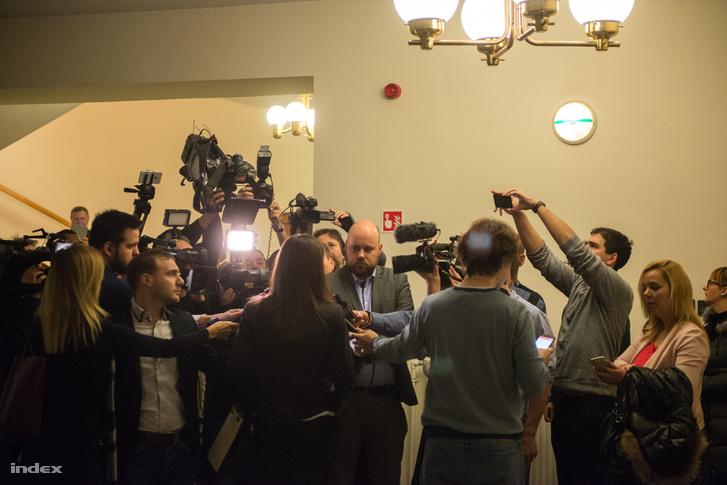 Szél Bernadett a sajtónak nyilatkozik a február 8-ai meghiúsult bizottsági ülés után