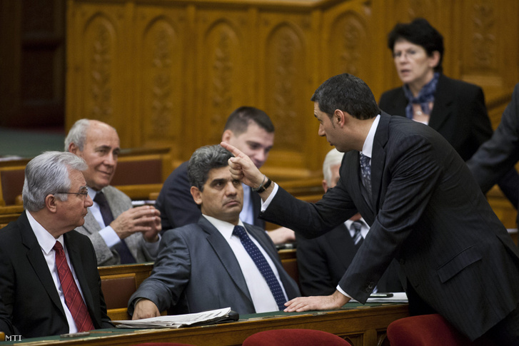 Budapest 2011. december 16. Lázár János a Fidesz frakcióvezetője beszélget képviselőcsoportjának tagjaival az Országgyűlés plenáris ülése előtt. Az első sorban ül Farkas Flórián, a Lungo-Drom Országos Cigány Érdekvédelmi és Polgári Szövetség vezetője.