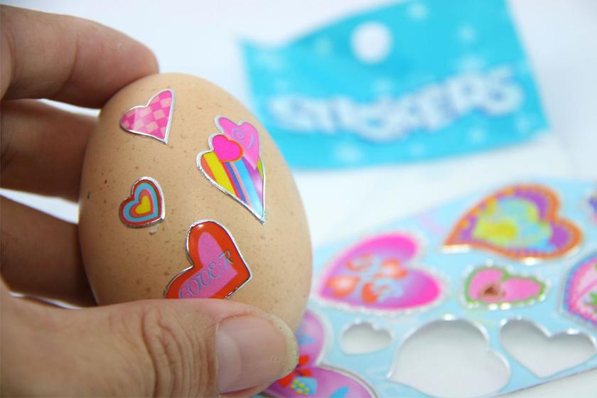 Teljesen szennyeződésmentes megoldás, ha színes matricák kerülnek a húsvéti tojásokra díszítésként.