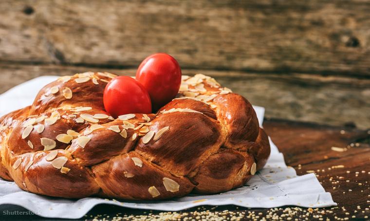 A tsourekit, ezt a briósszerű, tojás alapú péksüteményt húsvét napján vágják meg Görögországban és a környező kelet-európai országokban
