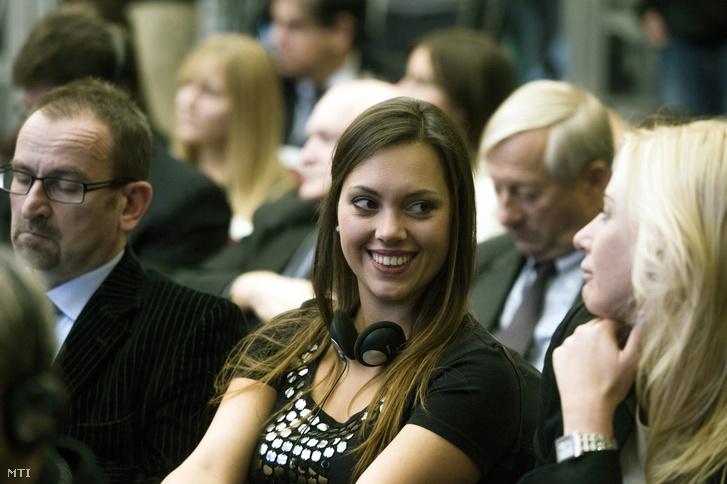 Szájer József fideszes európai parlamenti képviselõ és Orbán Ráhel Orbán Viktor miniszterelnök lánya (b2) az Úton egy erõsebb Európa felé címû konferencián a budapesti Marriott szállóban 2013. október 11-én.