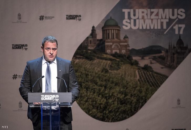 Guller Zoltán a Magyar Turisztikai Ügynökség vezérigazgatója beszédet mond a szervezet Turizmus Summit 2017. címû konferenciáján