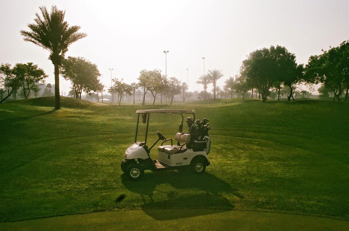 Golfautó Dubaiban, 2015. Egy dán haverommal készült egy reklámfilm, és egy golfpályán is forgattunk hozzá. Itt éppen homokvihar volt, azért ilyen furcsa a levegő, azért ilyen sárga minden.