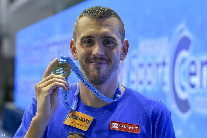 Cseh László mutatja a 150. nagypályás országos bajnoki érmét, miután a 4x200 méteres gyorsúszás váltó tagjaként nyert az úszók országos bajnokságán a Debreceni Sportuszodában 2018. március 29-én.