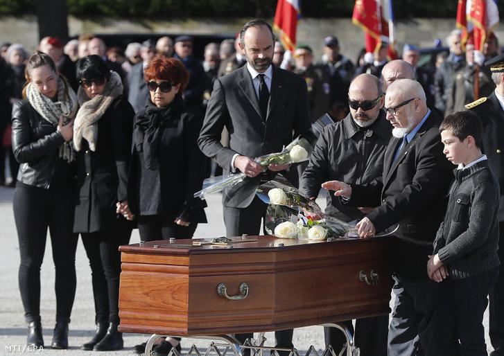 Edouard Philippe francia miniszterelnök (k) és a dél-franciaországi túszdráma során meggyilkolt áldozatok hozzátartozói a Trebes városban rendezett temetésen 2018. március 29-én.