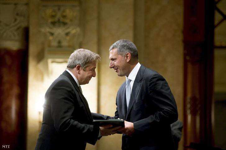 Lázár János Miniszterelnökséget vezetõ miniszter (j) átadja a Magyar Érdemrend lovagkeresztje kitüntetést Bayer Zsoltnak