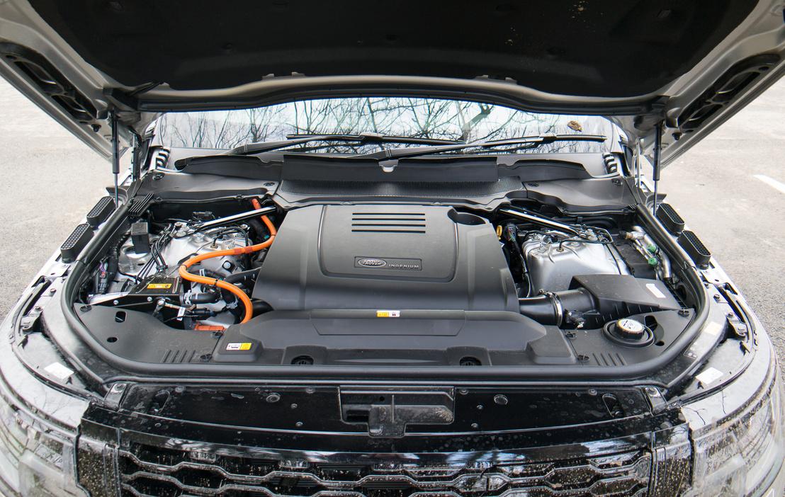 Négyhengeres benzinmotor, a váltó előtt még egy 115 lovas villanymotorral