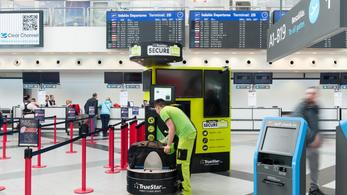 Bepereli a repteret a ferihegyi bőröndfóliázó
