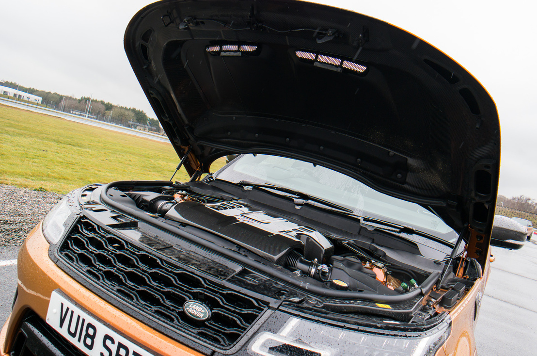 Valódi karbon fedél alatt valódi kompresszoros V8