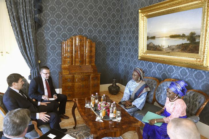 Áder János köztársasági elnök (b) és Eniola Olaitan Ajayi, Nigéria új budapesti nagykövete (j2) megbeszélést folytat a diplomata megbízólevelének átadása után a Sándor-palotában 2017. december 1-jén.