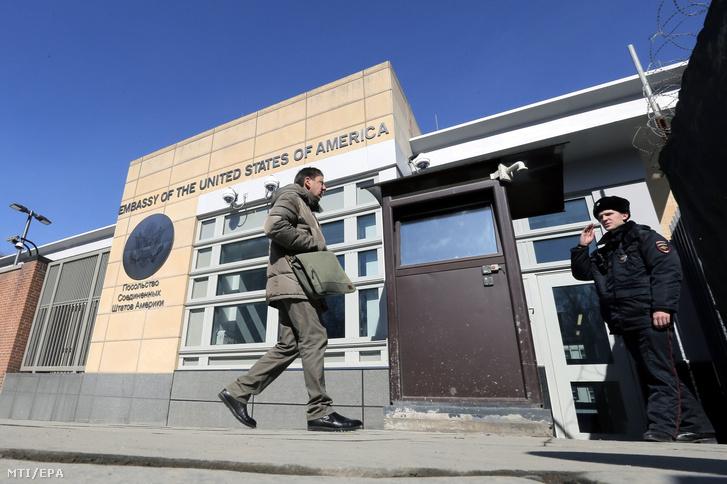 Orosz rendőr áll az Egyesült Államok moszkvai nagykövetségénél 2018. március 30-án. Szergej Lavrov orosz külügyminiszter az előző napon bejelentette, hogy Oroszország kiutasít 60 amerikai diplomatát és bezáratja az Egyesült Államok szentpétervári főkonzulátusát