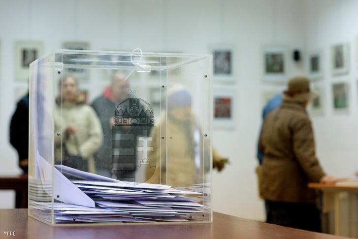 Az április 8-i országgyűlési választásra leadott levélszavazatokat tartalmazó urna a kolozsvári főkonzulátuson 2018. március 26-án