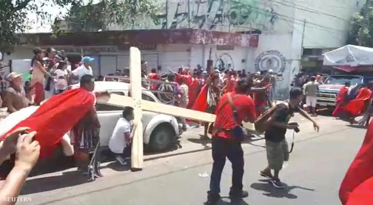 A lövéseket követően az emberek menekülni kezdtek az acapulcói körmeneten 2018. március 30-án