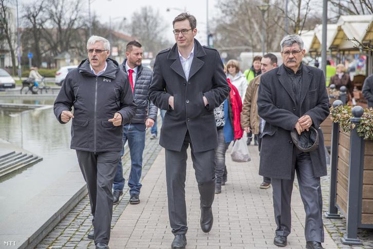 Karácsony Gergely az MSZP-Párbeszéd miniszterelnök-jelöltje (középen), Pluhár László országgyűlési képviselőjelölt (balra) és Varga Zoltán az MSZP Békés megyei elnöke volt önkormányzati miniszter érkezik a szövetség gyulai fórumára 2018. március 29-én.