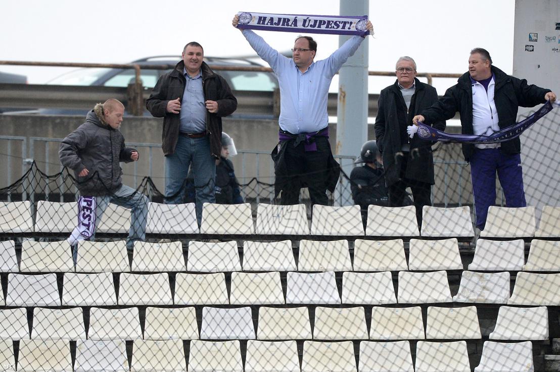 Wintermantel Zsolt a IV. kerület fideszes polgármestere (középen), a labdarúgó OTP Bank Liga 19. fordulójában játszott Ferencváros-Újpest FC mérkőzésen, az FTC Üllői úti Albert Flórián Stadionjában, 2013. március 10-én.