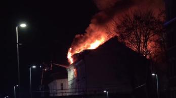 Hatalmas tűz volt Lipcsében, két embernek a tetőről kellett leugrania