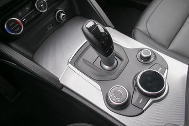 A váltókar mögött tekerőgomb az infotainment-rendszer vezérléséhez - sajnos a tetejére nem írhatunk úgy, mint az Audinál vagy a BMW-nél