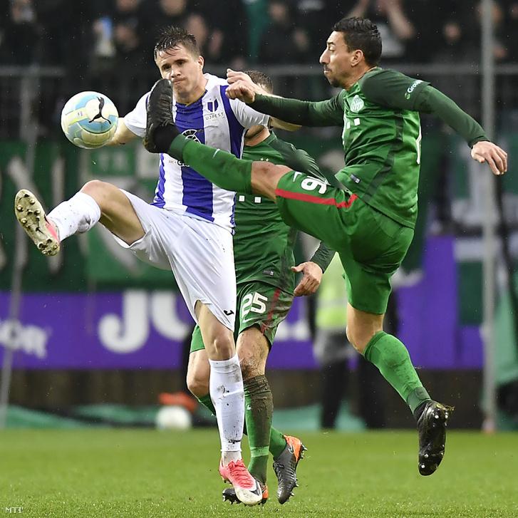 A ferencvárosi Leandro de Almeida (jobbra) és az újpesti Novothny Soma Zsombor az OTP Bank Liga 24. fordulójában játszott Újpest FC - Ferencvárosi TC bajnoki labdarúgó-mérkőzésen