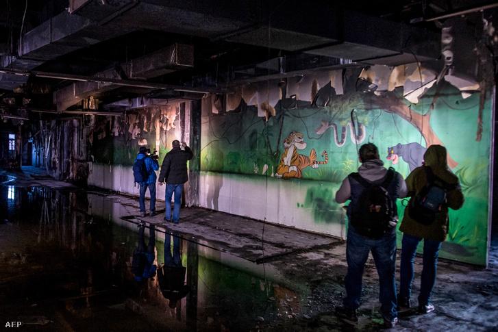 Sajtóbejáráson készült fotó a kiégett pláza állatsimogatójában.