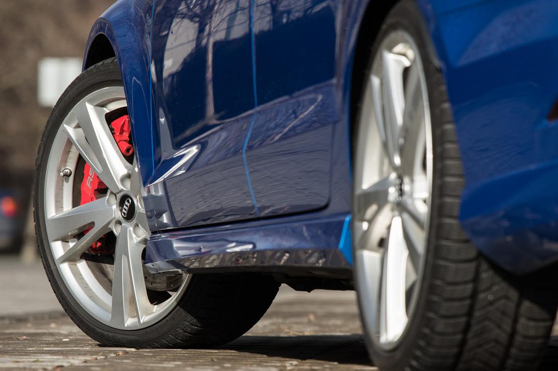 Ez a piros féknyereg jelzi, hogy alapáras fék- és futómű van az autó alatt, nem RS Sport. Utóbbinak szürkék a nyergei és karbon-kerámiából vannak a féktárcsái