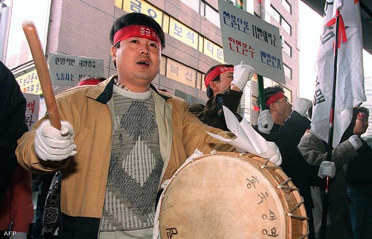 Dél-koreai tüntető a bankválság idején.
