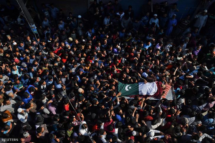 Halott társuk koporsóját viszik tüntetők Kasmírban 2018 április 1-én