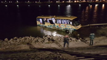 Benn rekedt egy busz a Dunában
