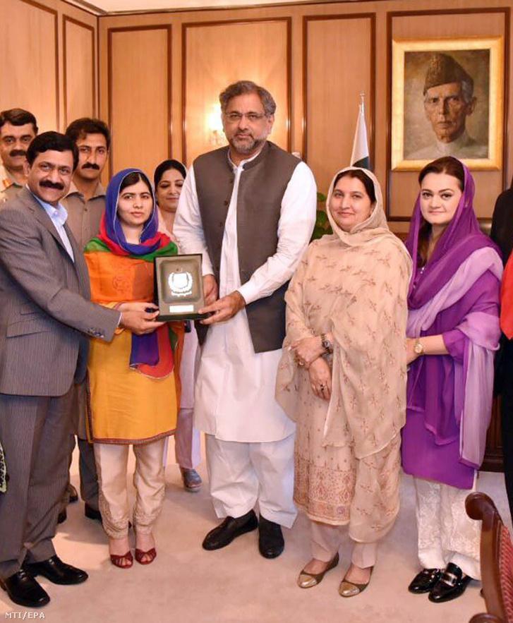 Sahid Hakan Abbaszi pakisztáni miniszterelnök (k) fogadja Malala Juszafzai Nobel-békedíjas pakisztáni jogvédőt (b2) és családját az iszlámábádi miniszterelnöki hivatalban 2018. március 29-én
