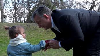 Újra kisgyereket használ a kampányban Orbán Viktor