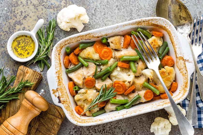 Rozmaringos csirkemell vele sült zöldségekkel: könnyű fogás a nehéz falatok után