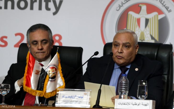 Lasín Ibrahim az egyiptomi választási hatóság vezetője (j) sajtótájékoztatót tart Kairóban 2018. április 2-án ahol bejelenti hogy Abdel Fattáh esz-Szíszi egyiptomi elnököt újraválasztották