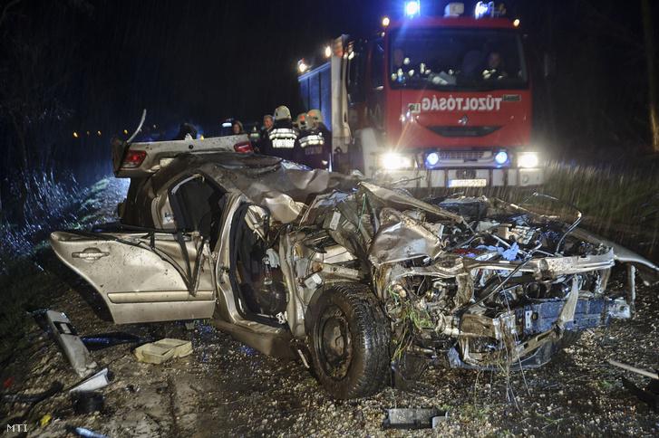 Összeroncsolódott személyautó a 31-es főúton Szentmártonkáta közelében, ahol a gépjármű lesodródott az útról 2018. március 31-én. A balesetben meghalt egy ember.