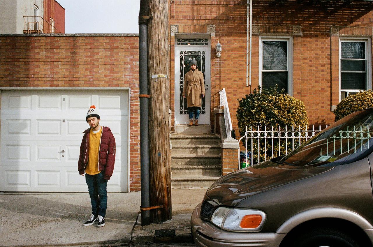 Ez a fotó Queensben készült egy barátunk lakása előtt, a tesóm (Rév Dani)  meg Zsófi (Geréby Zsófi, Rév Marcell felesége) van rajta. 2015-ban a Sundance filmfesztiválra mentünk a Fehér istennel, és amikor New Yorkban szálltunk át, pár napot ott is töltöttünk.