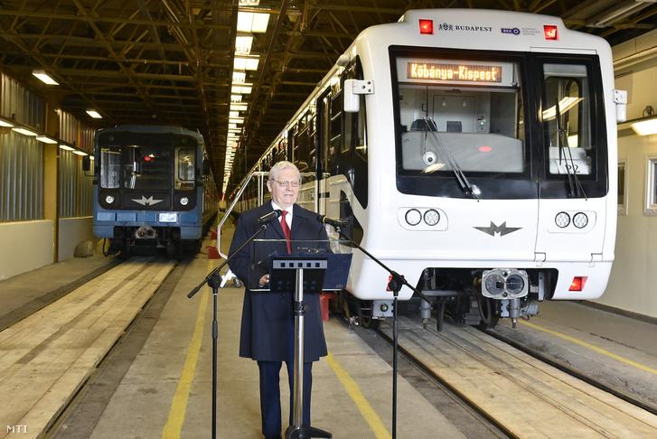 Tarlós István főpolgármester beszél az utolsó felújításra szánt metrószerelvény (b) elszállítása alkalmából tartott sajtótájékoztatón a BKV Kőér utcai járműtelepén 2018. április 3-án.