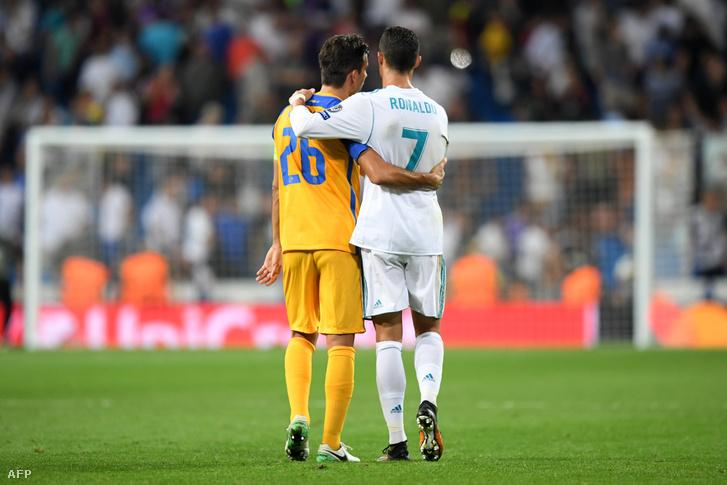 Cristiano Ronaldo az APOEL portugálját, Nuno Moraist vigasztalja