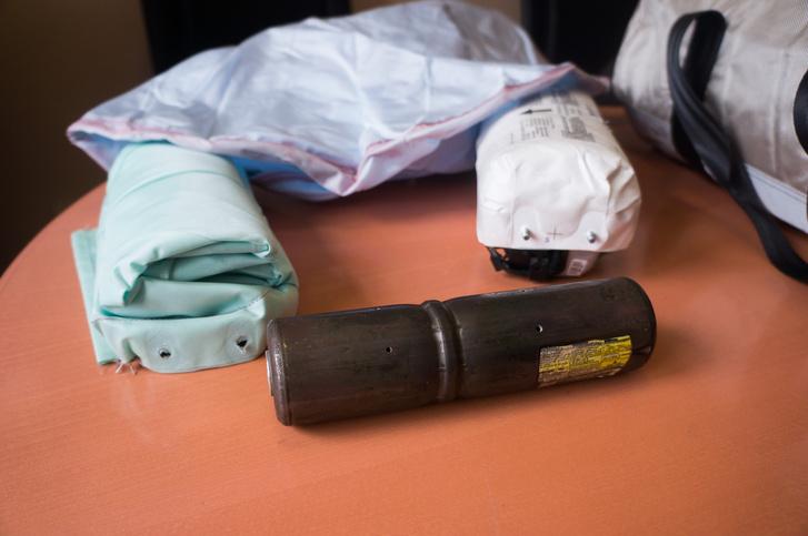 A gyilkos eszközök egy csokorban: légzsákok, légzsákpatron és a az egész egyben