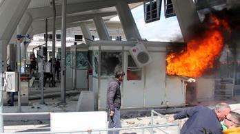Fizetőssé tett volna az albán kormány egy autópályát, a lakosság szétverte a kapukat!