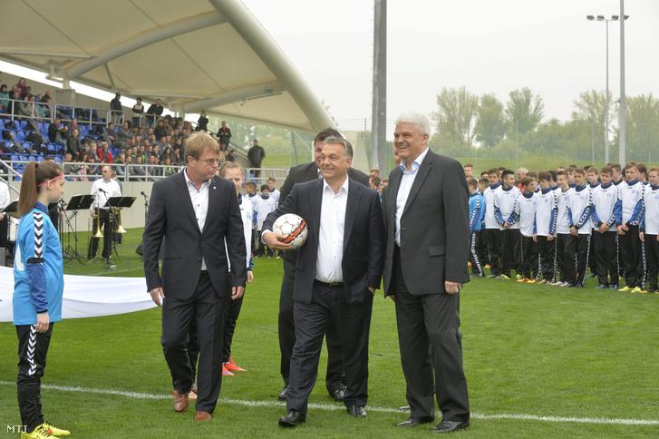 Orbán Viktor miniszterelnök (k) az újjáépített Tiszaligeti Stadion megnyitóján Szolnokon 2016. április 9-én. Mellette Szalay Ferenc polgármester (j) és Földi Sándor, a Szolnoki MÁV FC ügyvezető igazgatója.
